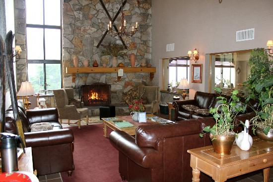 Hunter Inn: View of the lobby area with the fireplace. They serve coffee and team 24 hours a day.