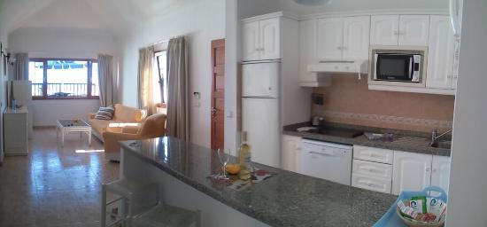 Woonkamer van villa 9 vanaf de keuken - Picture of Villas Don Rafael ...