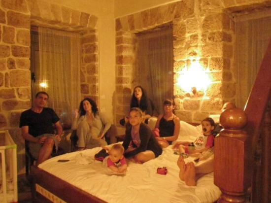 Akkotel: family on bed watching TV