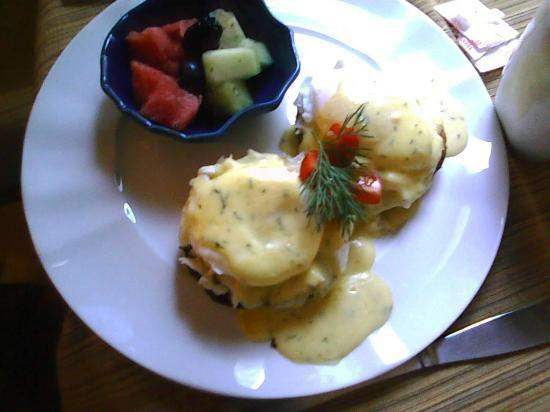 Inn On Carleton: Eggs Benedict (choice was with crabmeat/salmon/canadian bacon)