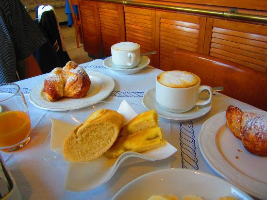 Hotel Pasquale : Croissants and cappuccinos