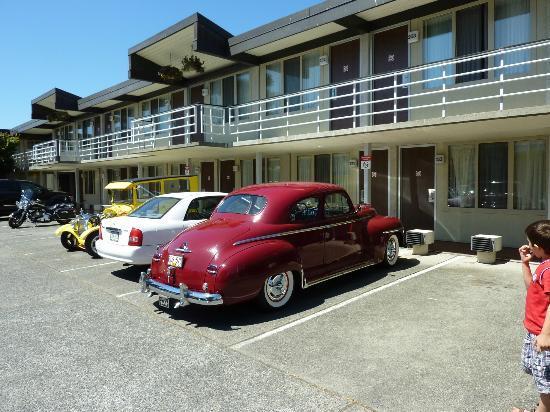 Paul's Motor Inn: Das Motel von aussen. Zimmer sind oben und unten