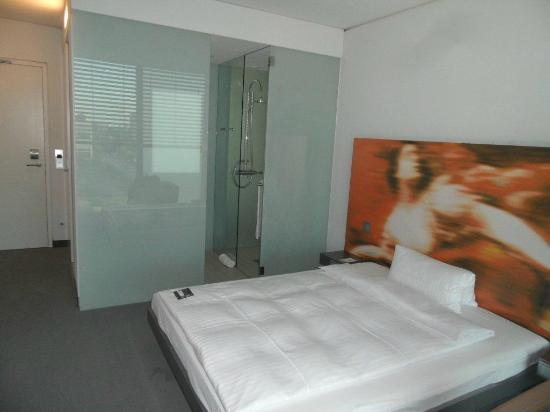 INNSIDE by Melia Munich Parkstadt Schwabing: Bed room and bathroom