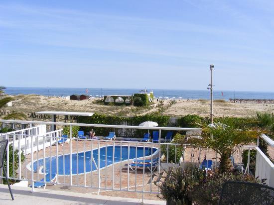 Vasco da Gama Hotel: view from hotel across kids pool to beach bar