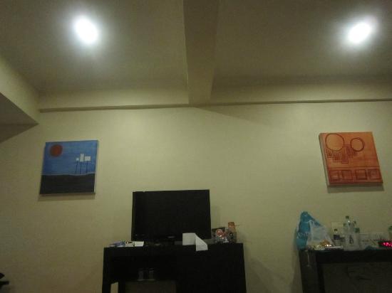 New Horizon Hotel: paintings and LCD TV