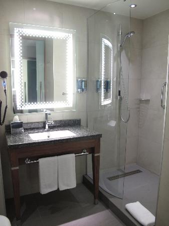 Hampton by Hilton Bursa: Spacious bathroom