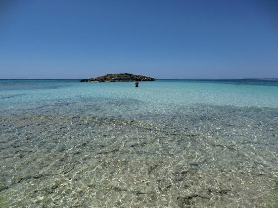 Playa de Es Trenc: isoletta raggiungibile un pezzo a piedi e due bracciate a nuoto.