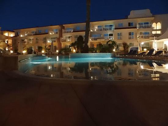 Aparthotel & Hotel Isla de Cabrera: Pool bei Nacht und 27°C