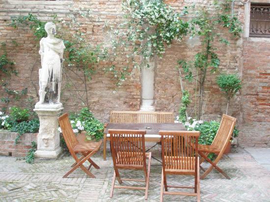 CimaRosa: Mesa en el jardín interior
