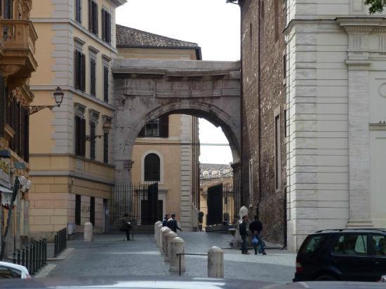 Piazza Vittorio Emanuele II: Arch of Gallienus.