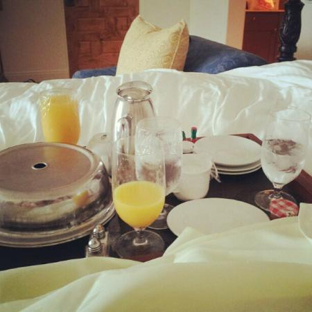 Ojai Valley Inn: Breakfast in Bed