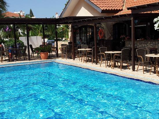 Anais Bay Hotel: Pool and bar