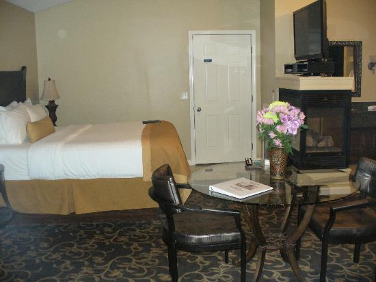 Belamere Suites: bed and fireplace