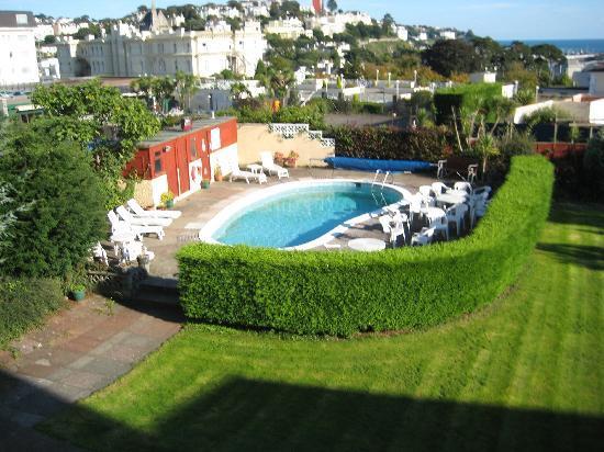 Nethway Hotel: Garden & Pool Area