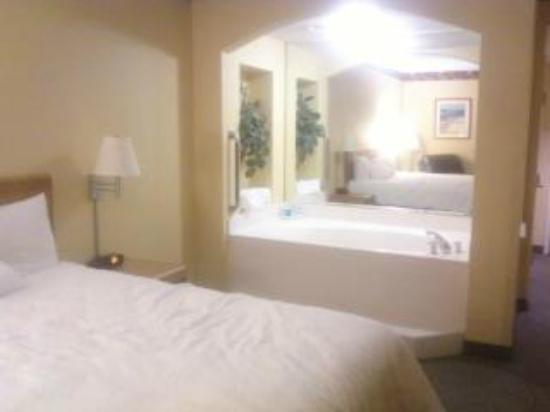 Hampton Inn & Suites Mooresville/Lake Norman: Bed and Jacuzzi room 309