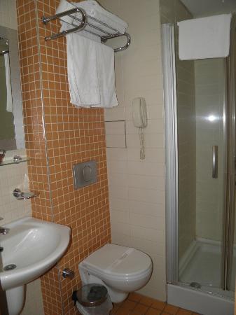 Zagreb Hotel : Room, 4th floor, No.412 l Bathroom