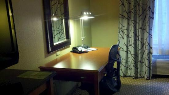 Hilton Garden Inn Albany Airport: Spacious work space, very easy to connect to internet