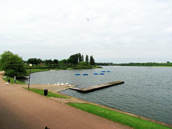 Premier Inn Milton Keynes East (Willen Lake) Hotel: View from our balcony. Shame it was a rainy day... Can't wait to go back on a sunny day!