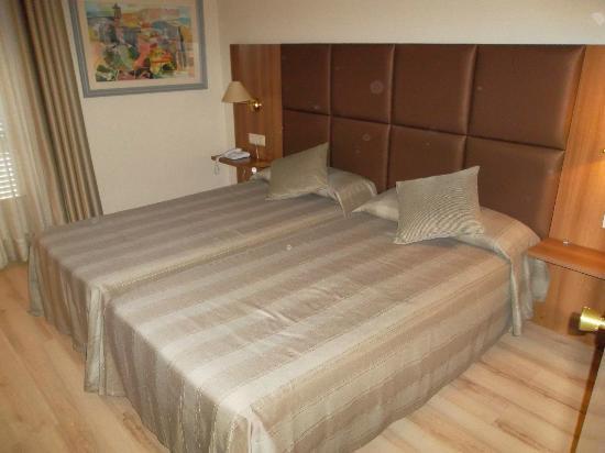 Hotel Pirineos: Las camas muy comodas.