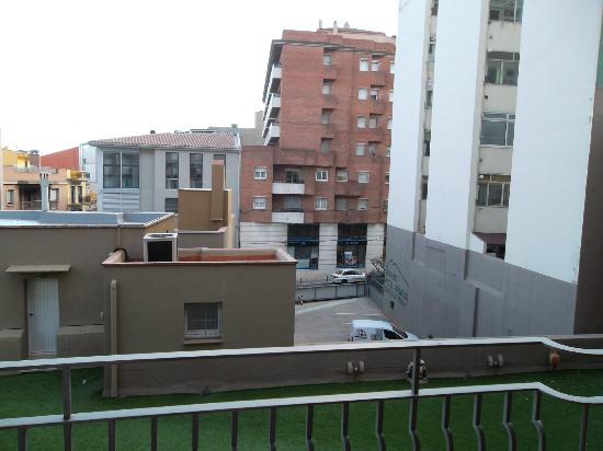 Hotel Pirineos: Vistas desde la terraza (parte trasera) parking posterior.