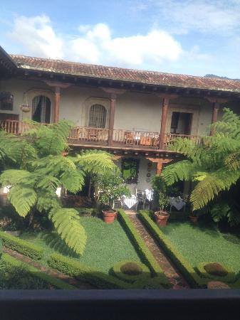 Palacio de Dona Leonor : Beautiful courtyard