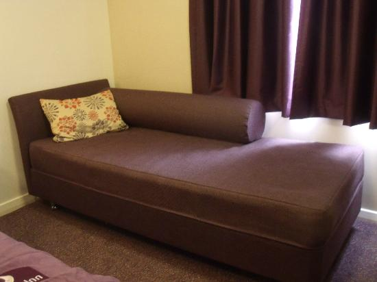 Outside picture of premier inn london heathrow airport for Sofa bed hotel