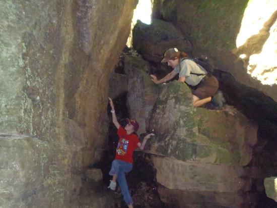 West Fork, أركنساس: Guided hike with Ranger through crevices.