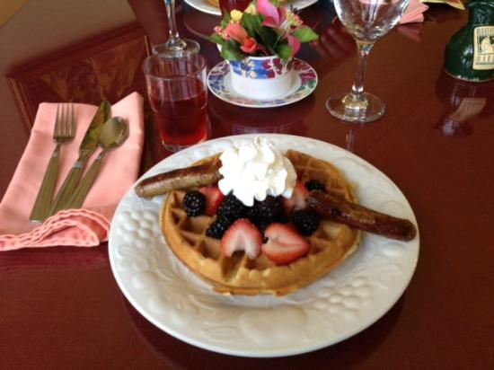 ‪‪Morehead Manor Bed and Breakfast‬: Zucchini waffles and sausages with fresh fruit--Delicious!‬