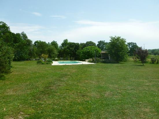 Gageolle: The pool with beautiful surrounding lushness