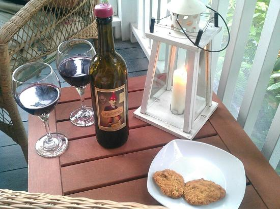 ‪‪Elizabeth Rose House‬: Warm homemade cookies out on the screened in porch. We brought our own wine.‬