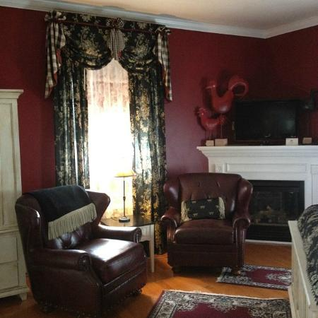 Bayberry Inn of Newport: Sitting Area in The Red Room