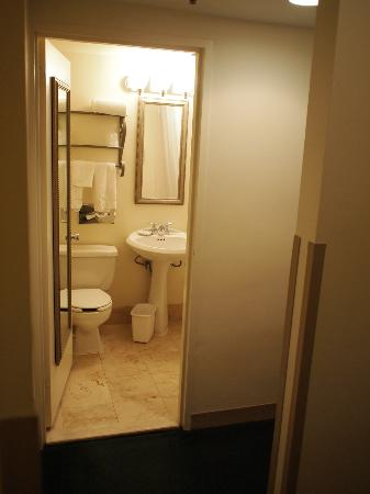 LaGuardia Airport Hotel: Bathroom