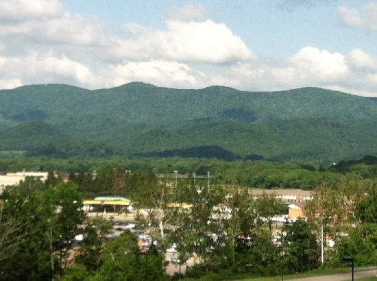 Hampton Inn Elkins: View outside the hotel - beautiful!