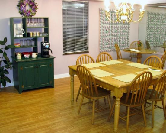 Seams Like Home Bed & Breakfast: Dining Area