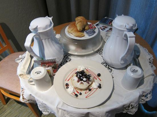 Cypress Inn on Miramar Beach: Breakfast brought to our room