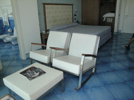 Hotel La Floridiana: White leather rocking chairs and ottoman in front of window