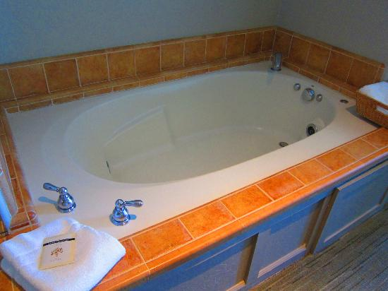 Cypress Inn on Miramar Beach: 2 Person Jetted Tub