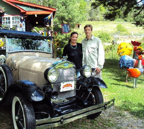 Hendersonville, Carolina del Norte: Clay and Becky with their Shay Model A Ford Roadster