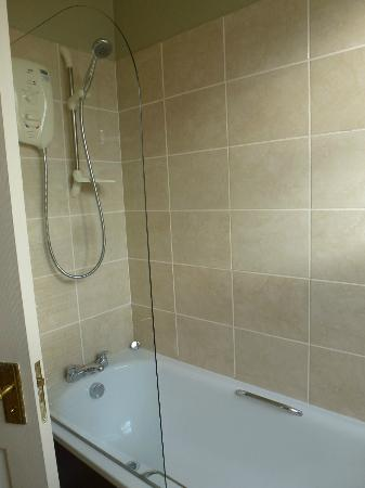 Nicolson Apartments: Shower