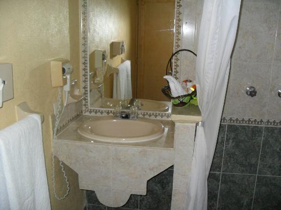 Villa Las Margaritas Plaza Cristal: El baño muy limpio y cuanta con secadora y una canastita con shampoo, crema, lustrador de calzad