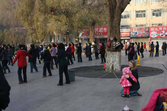 Wuquan Mountain Park: locals dancing