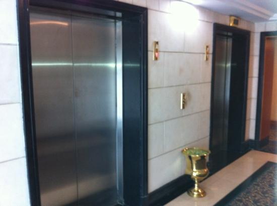 Parsian Esteghlal International Hotel: elevator