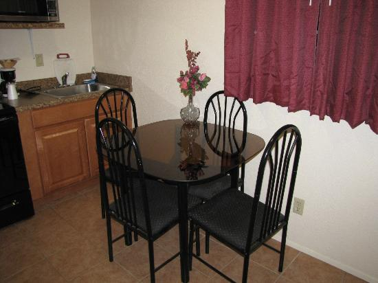 Rodeway Inn Barstow: Kitchen / Dining Room