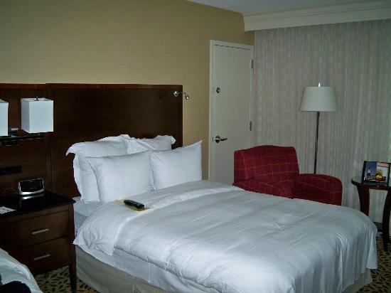 Long Island Marriott: Queen room