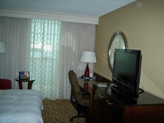 Long Island Marriott: Room desk area