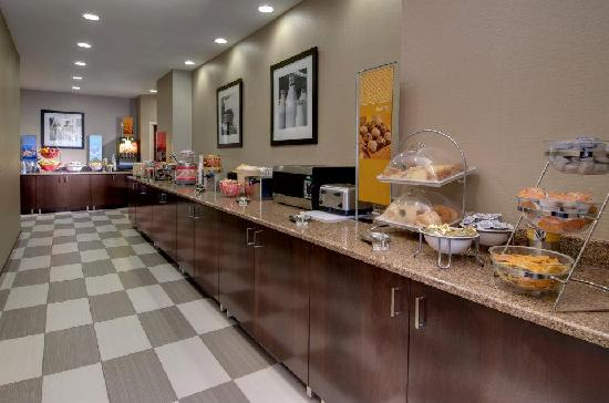 Hampton Inn & Suites Milwaukee Downtown: Breakfast Serving Area