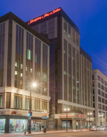 هامبتون إن آند سويتس ميلووكي داونتاون: Hotel Exterior at Night