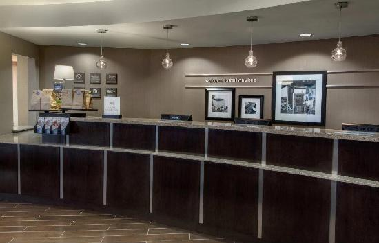 Hampton Inn & Suites Milwaukee Downtown: Front Desk