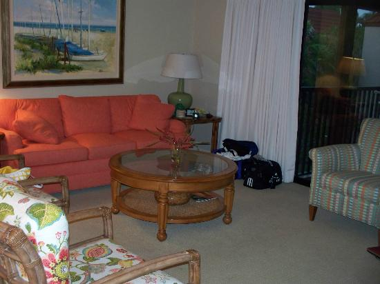 Sanibel Moorings Resort: Living area (couch was pull-out bed)