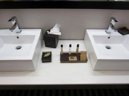 Ivy Hotel Napa: double sinks!